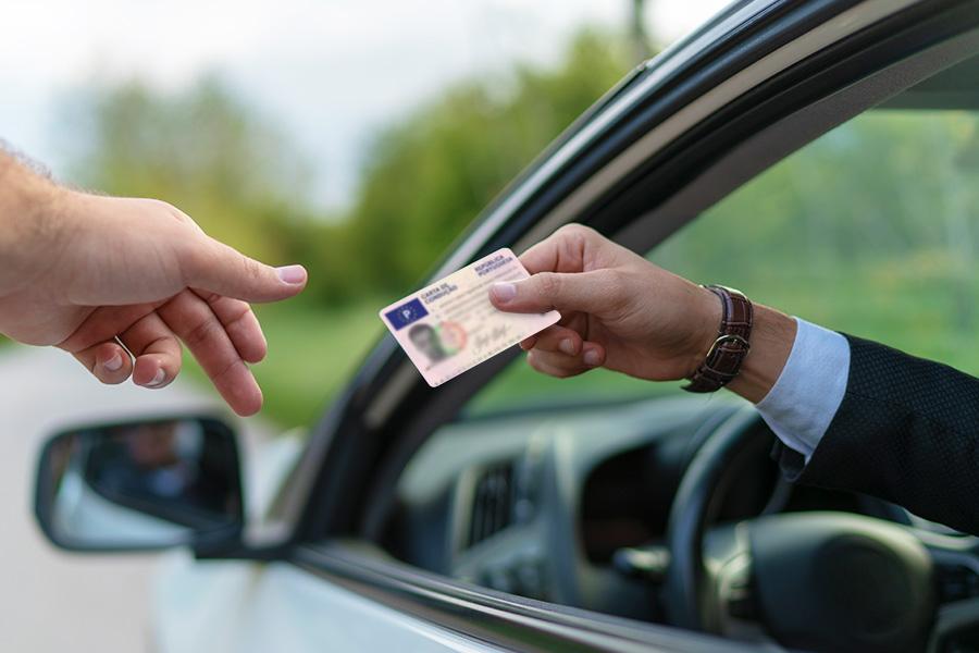 Condutor a mostrar carta de condução B
