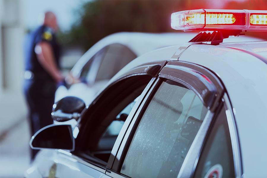 Carro de polícia em operação stop