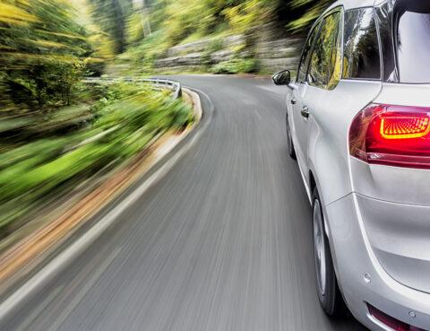 um carro a andar em alta velocidade numa curva